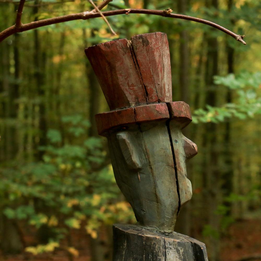 Kunstpfad Wald-Weg-Zeichen. Foto: Doris Enders